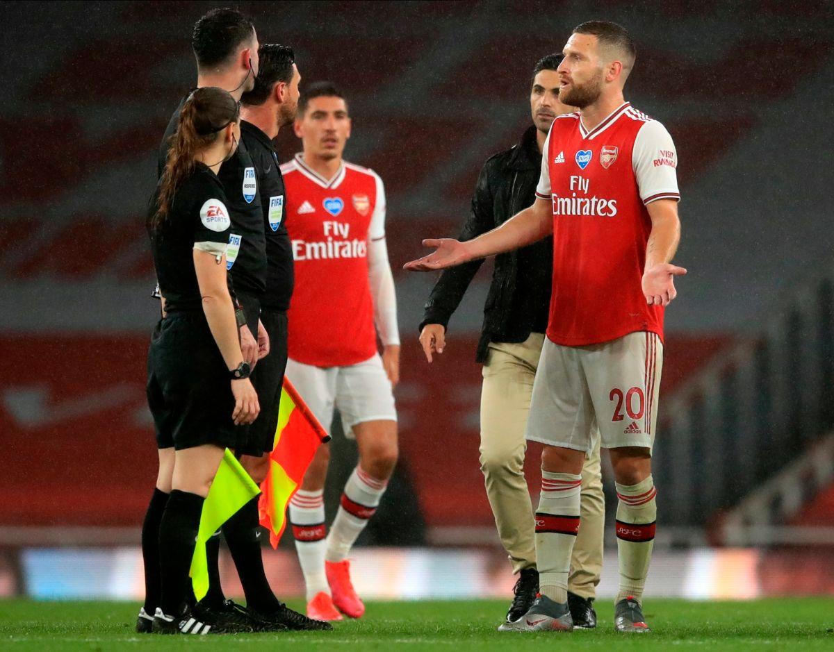 Shkodran Mustafi, defensor del Arsenal, reclama en la acción.