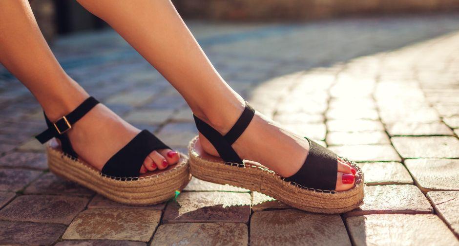5 diseños de sandalias con suela de corcho ideales para el verano