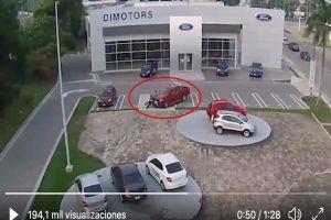 VIDEO: Conductor atropella a delincuentes en agencia de Ford luego de que lo asaltaran