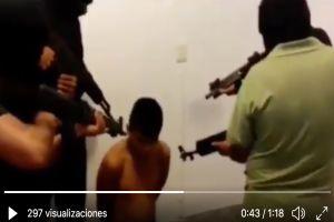 """VIDEO: Le """"sacan la sopa"""", con armas le apuntan a cabeza a uno de La Familia Michoacana"""