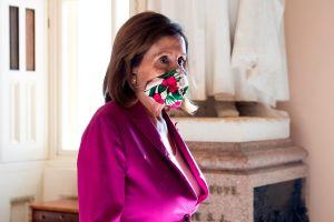 Pelosi se pone dura: prohíbe entrada a congresistas que rechacen usar máscara contra coronavirus
