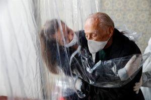 """""""Cortina de abrazos"""" acerca a brasileños con los ancianos en tiempos de coronavirus"""