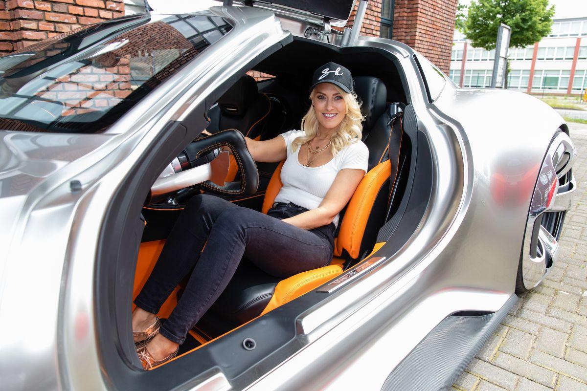 Alex Hirsch, la influencer de autos que gana millones al posar y conducir deportivos