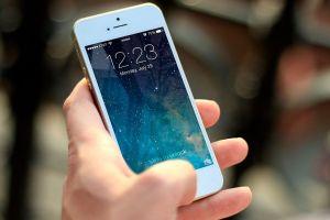 Apple tendrá que pagar compensaciones a usuarios de iPhone por hacer más lentos sus teléfonos