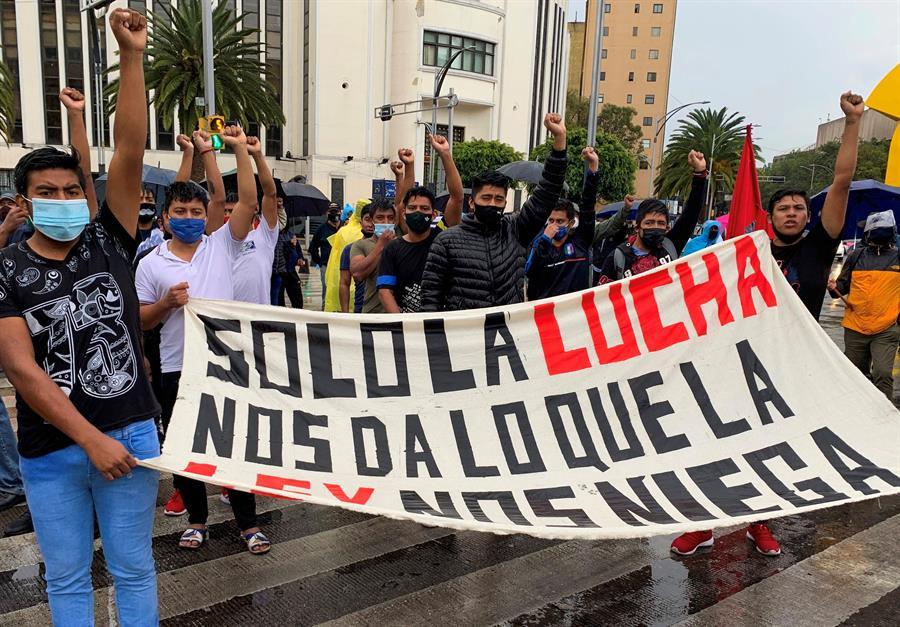 Exigen justicia en el caso Ayotzinapa.