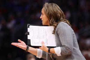 Becky Hammon es histórica: por primera vez, una mujer dirigió a un equipo de la NBA