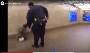 Video graba salvaje golpiza de policía a pasajero en el Metro de Nueva York, pero fiscal culpa a la víctima