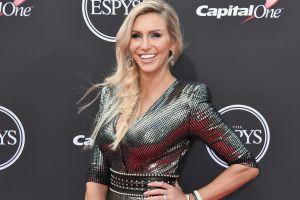 Charlotte Flair, estrella de la WWE, deleita a sus fans con pose en lencería negra