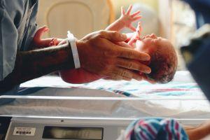 Durante el parto, descubre que la amante de su esposo también está dando a luz en el mismo hospital