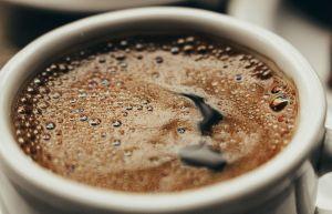 Hombre muere tras beber café en exceso