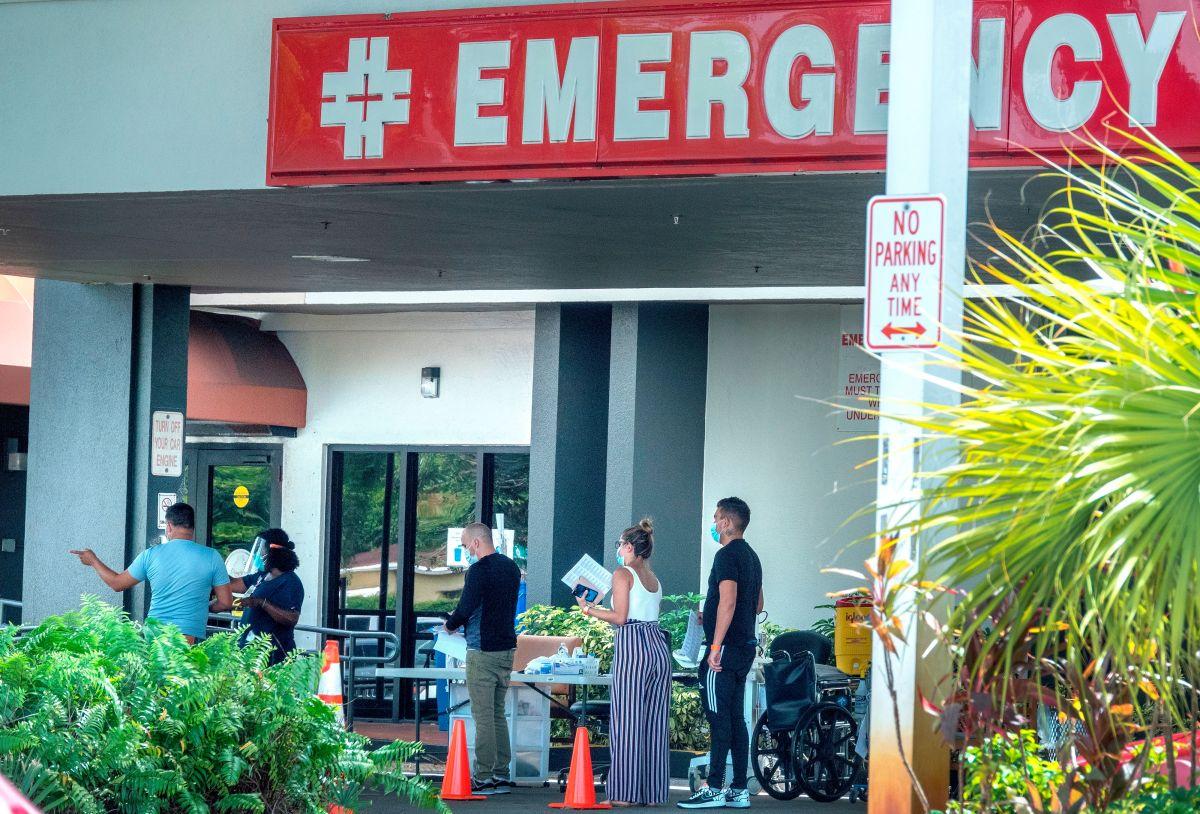 Una fila de personas para entrar en un hospital en Hialeah, Florida.