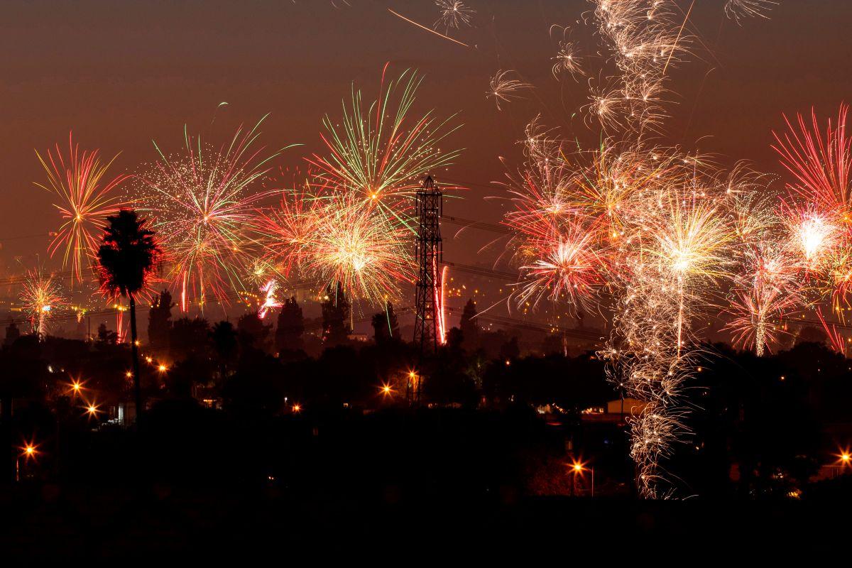 Impresionante video muestra desde el aire fuegos artificiales ilegales. Se registraron 3,000 emergencias en LA
