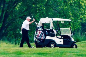 """VIDEO: Trump obliga a su ayudante a viajar como """"mosca"""" en su vehículo de golf"""
