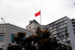 Científica china buscada por el FBI se esconde en el consulado de su país en San Francisco