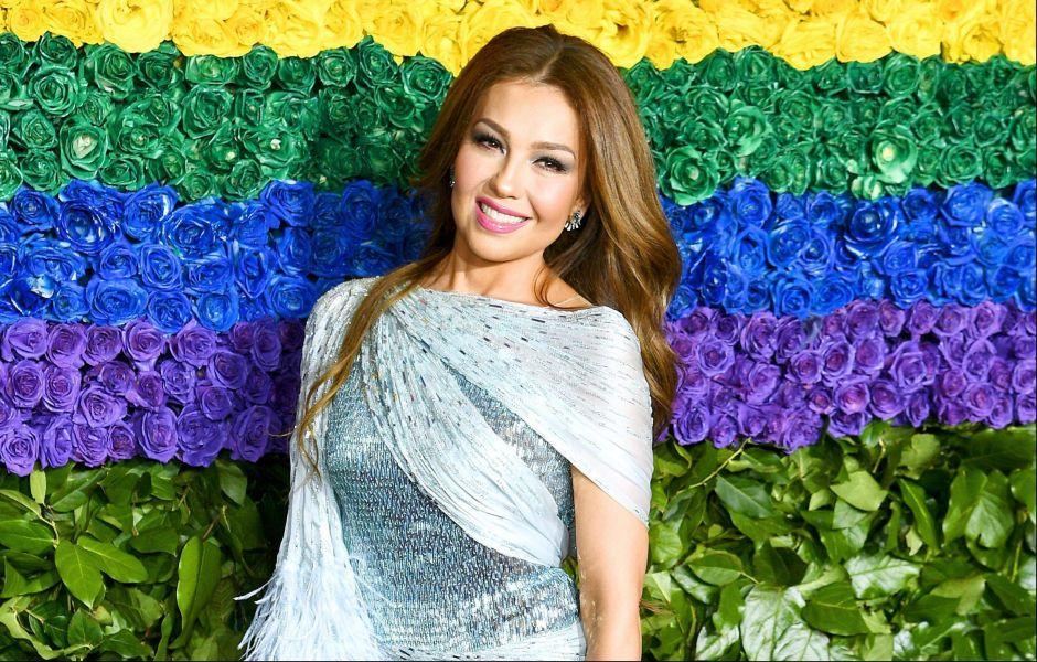 Usando un ajustado traje de baño, Thalía se luce como una reina al descansar