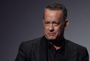 """¡Enfurecido! Tom Hanks llama """"idiotas"""" a algunos estadounidenses"""