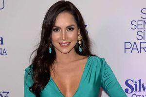 """""""¡Ay, Dios Mío!"""": Carmen Villalobos baila el éxito de Karol G en el baño usando una bata de seda"""