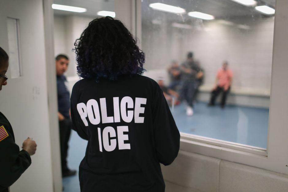 Juez niega liberación de familias migrantes bajo custodia de ICE