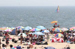 Por miedo a contagios cierran algunas playas en Nueva York ante exceso de visitantes huyendo del calor