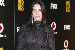 Sin ropa interior, La Mala Rodríguez luce su voluptuoso cuerpo usando un enterizo negro lleno de agujeros