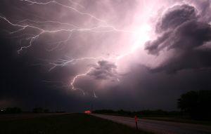 Video recoge el momento exacto en el que un rayo casi impacta sobre agente de carreteras