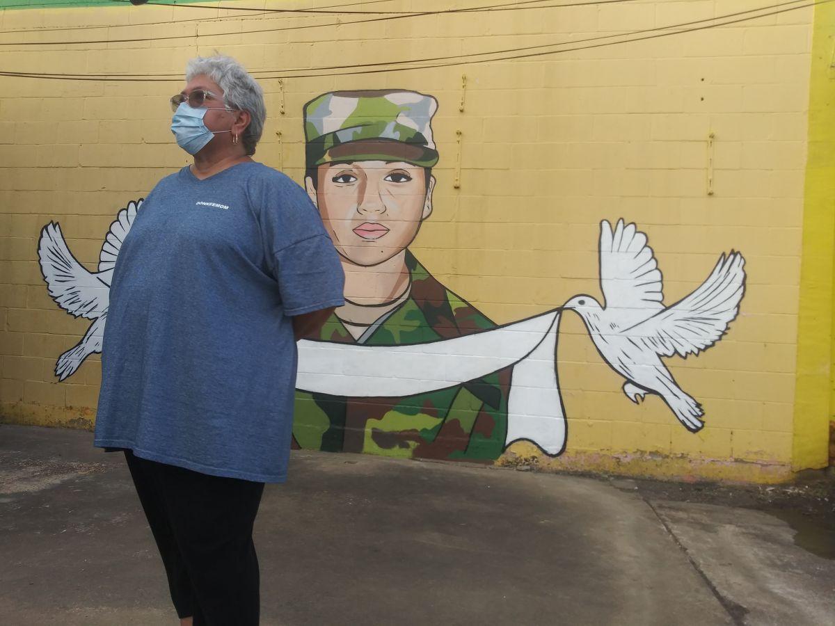 La artista de Houston Donkee Mom y el mural de Vanessa Guillén.