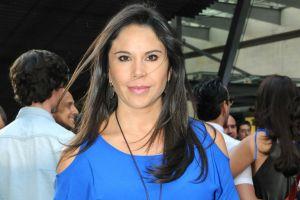 Paola Rojas entrena body barre en su casa, usando ajustados leggings negros