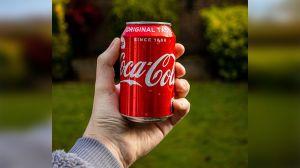 """""""Traten de ser menos blancos"""": Una capacitación laboral de Coca-Cola para combatir la discriminación racial causa polémica con su sugerencia"""