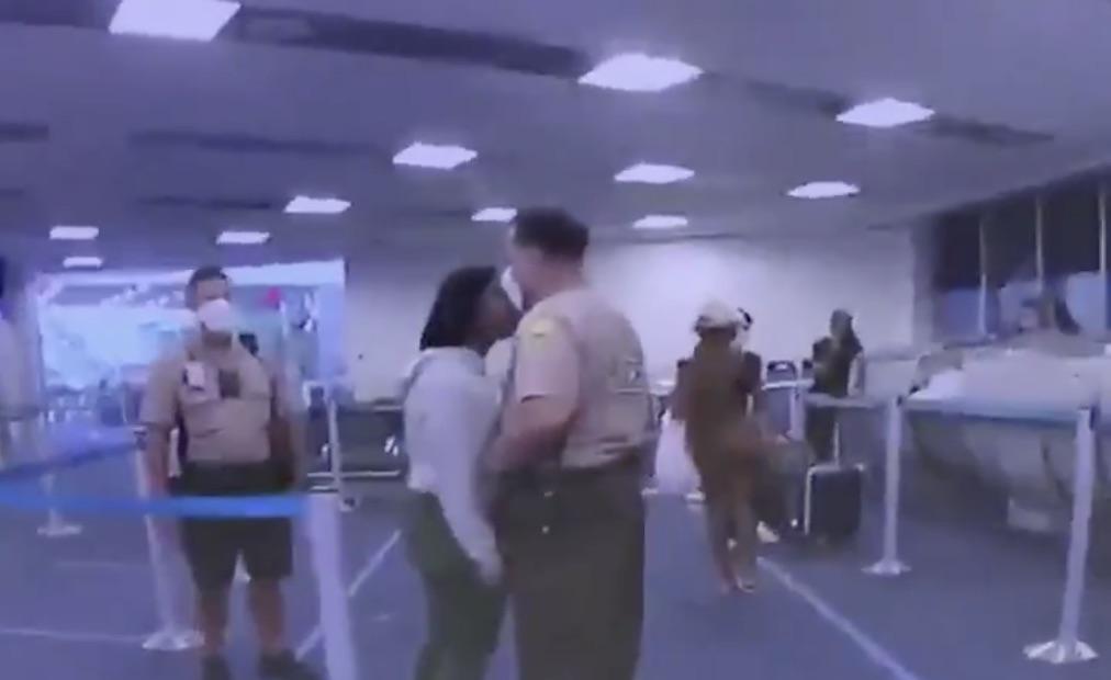 En las imágenes se ve cómo el policía golpea a la mujer.