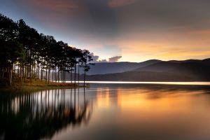 Causa misterio lago en la India cuya agua cambió de color de verde a roja