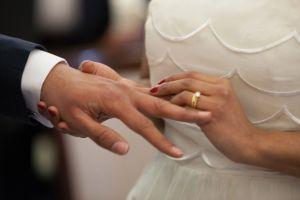 Mujer de 53 años se casa con joven de 20 y al poco tiempo descubre que todo se trató de una estafa