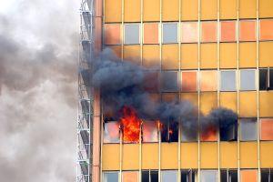 La espectacular atrapada de un exmarine de un niño cuya madre arrojó por el balón tras incendiarse su departamento