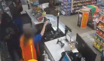 VIDEO: Entran a robar y golpean con una pistola a empleada de 60 años porque no pudo abrir la caja fuerte