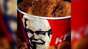KFC y Crocs lanzan sandalias con aroma a pollo frito