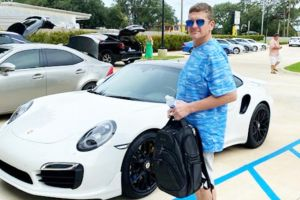 Hombre intentó comprar un auto Porsche con cheques que fabricó en su casa