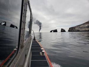 Rescatan a 4 personas de un bote pesquero en llamas en Ventura