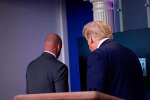 Sacan a Trump de una conferencia de prensa tras tiroteo cerca de la Casa Blanca