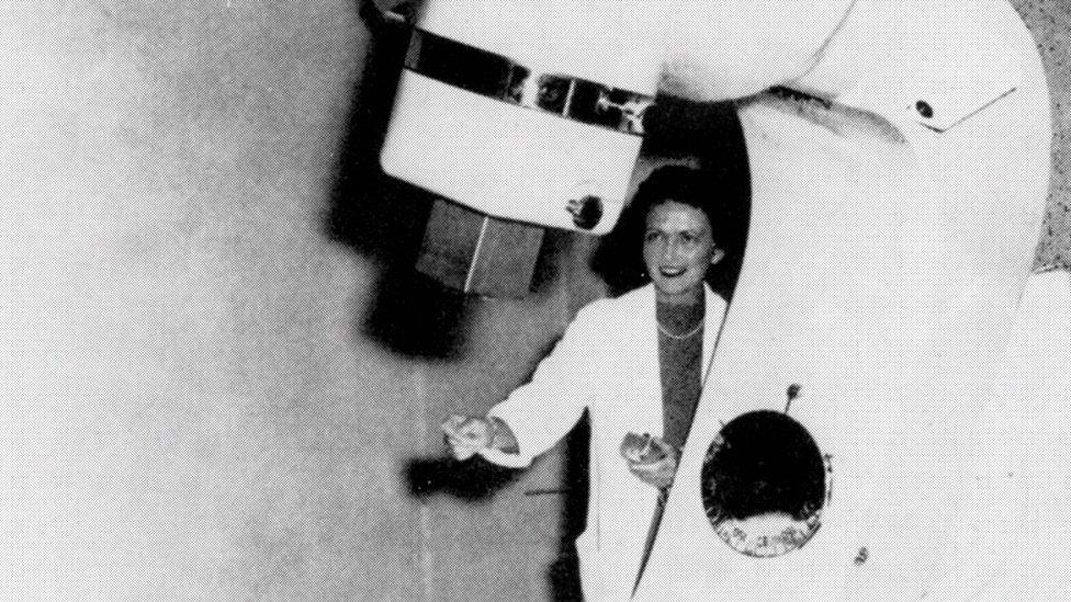 La médica que ayudó a que millones de mujeres con cáncer de mama preservaran sus senos (y fue criticada por eso)
