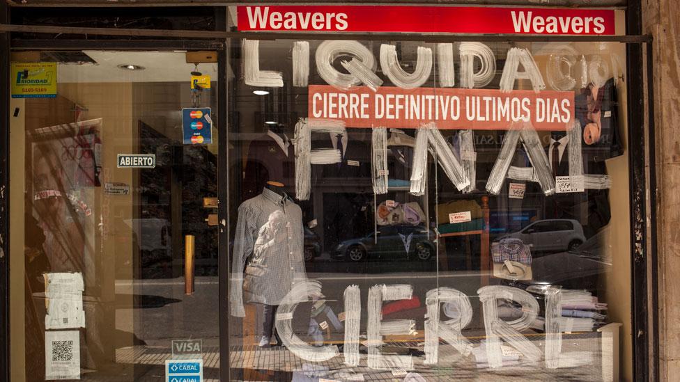 """Por qué algunas multinacionales están abandonando Argentina y algunos advierten de una """"masacre de empresas"""""""