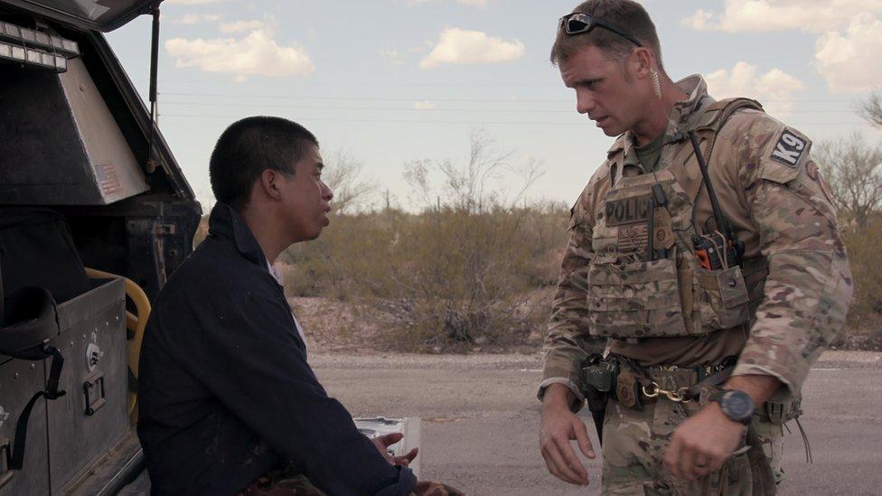 El show captura el drama de los migrantes que se pierden en el desierto y casi mueren.