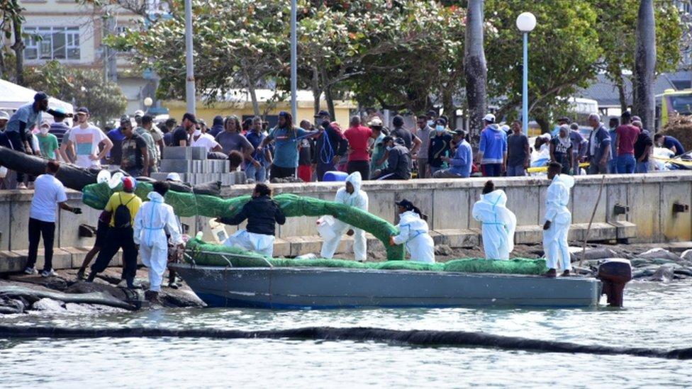 Isla Mauricio busca protegerse con costales de cabello del derrame de petróleo