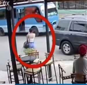 Mujer salta de autobús público en República Dominicana luego de que grupo de hombres intentara violarla