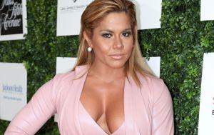 Gracias a una taza Maripily Rivera dejó a la vista sus curvas con un hilo dental blanco