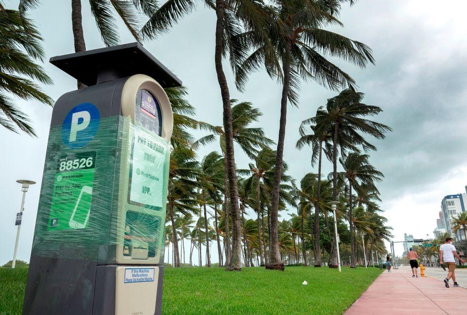 Isaías es degradado a tormenta tropical a medida que se aproxima a Florida