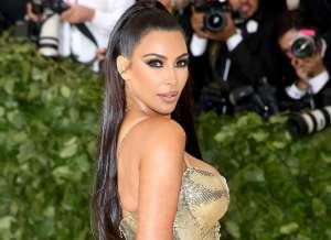Kim Kardashian presume sus 40 años recién cumplidos, en el mar y con microbikini nude