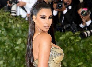 La Kim Kardashian mexicana se sacó la ropa en la playa para tomar el sol con un hilito dental