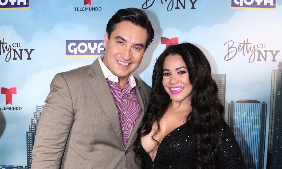 Lucho Borrego junto a Carolina Sandoval.