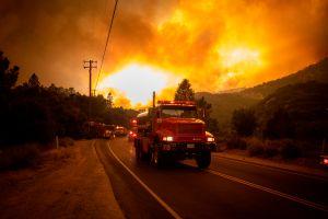 Ordenan evacuaciones por incendio cerca del lago Hughes en Los Angeles National Forest