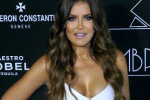 Vanessa Claudio hace derroche de sensualidad y escote en diminuto bikini amarillo