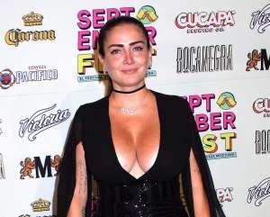 En video, Celia Lora luce su voluptuosa figura usando un body negro de encaje